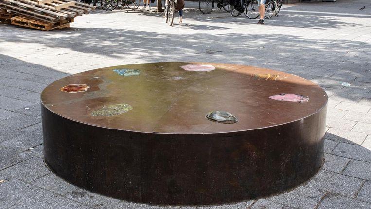 Elk mineraal in deze ronde bank helpt om specifiek menselijk verdriet te dempen. Beeld Carly Wollaert
