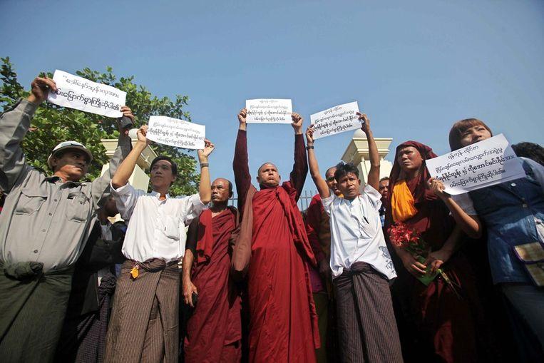 Boeddhistische monniken en inwoners van Birma verwelkomen de vrijgelaten gevangenen. Beeld epa