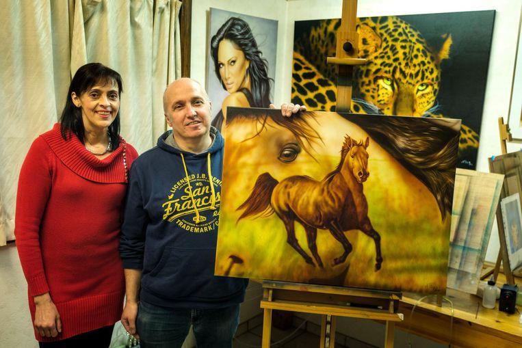 Noël Raps en zijn vrouw Tania Vergauwen bij het kunstwerk.