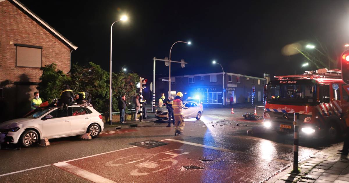 Scooterrijder belandt op dak van auto na aanrijding in Nijmegen.