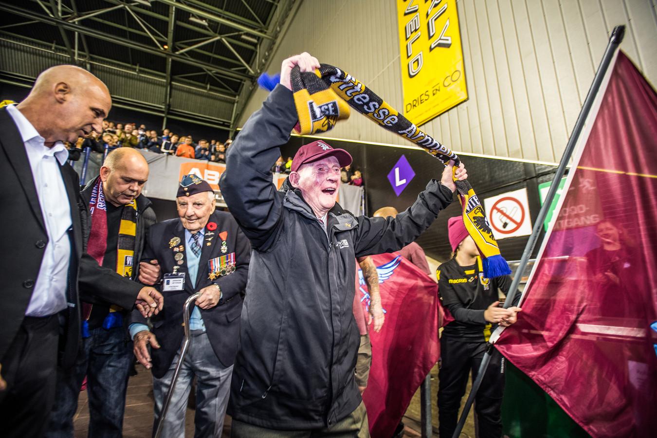 De binnenkomst van de veteranen bij de Airborne-wedstrijd van 2018 tussen Vitesse  en ADO.