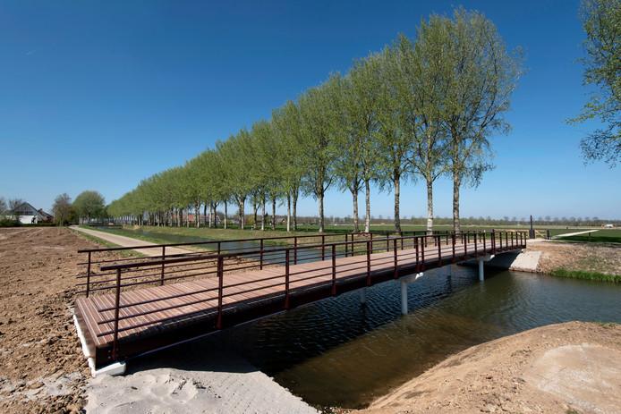De nieuwe brug over de Linge in Park Lingezegen.