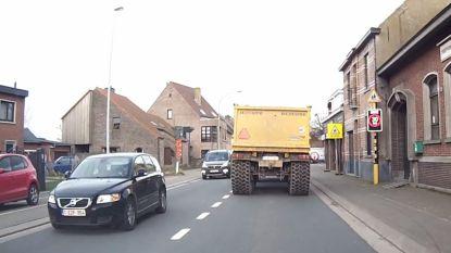 """Bewoners zijn zware grondtransporten beu: """"30 km door dorpskernen terwijl er alternatief is via E17"""""""