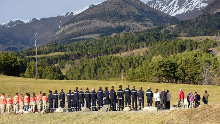 Familieleden van de omgekomen passagiers van de gecrashte Airbus bij een monument ter ere van de slachtoffers. Beeld getty