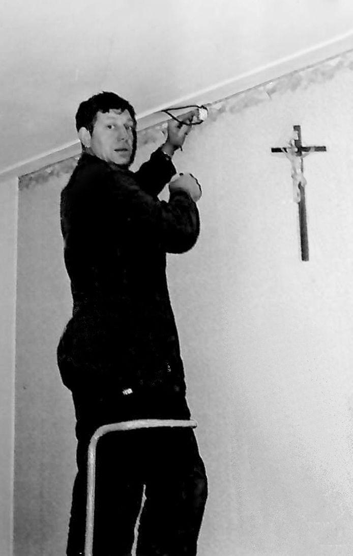 Jan en zijn vrouw botsen soms. Hij keert zich steeds meer af van de katholieke kerk, ook na een vechtpartij met 'meneer pastoor', Mariet is een fanatiek vrijwilliger.