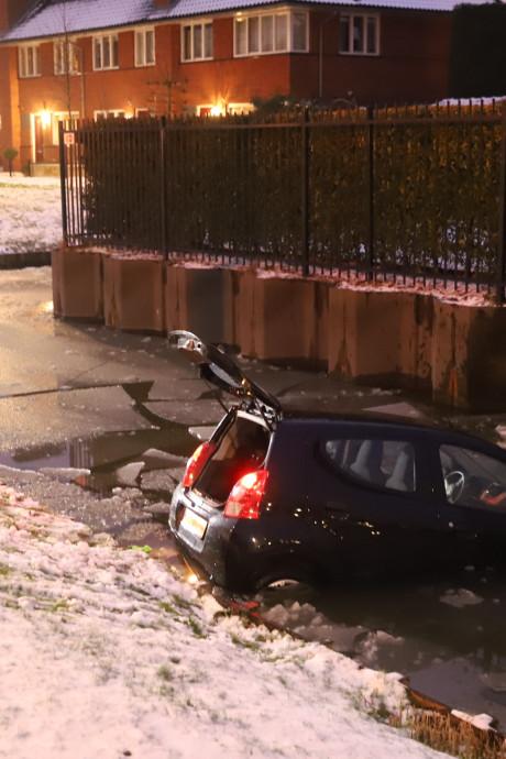 Moeder en peuter belanden met auto in water in Wateringen
