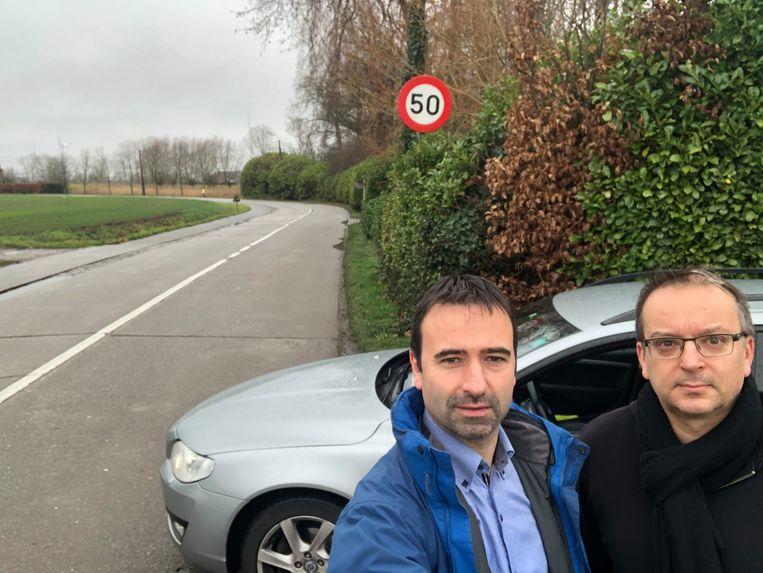 Koen Daniëls en Denis D'hanis namen de proef op de som en stellen vast dat het alternatief voor het kruispunt Voshoek allesbehalve veiliger is.