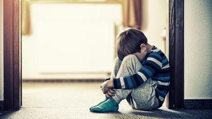 """""""Als mijn zoon Louis (7) krijsend op de grond ligt, denken mensen: 'Bij mij zou het niet waar zijn'. Zo simpel is het niet."""""""