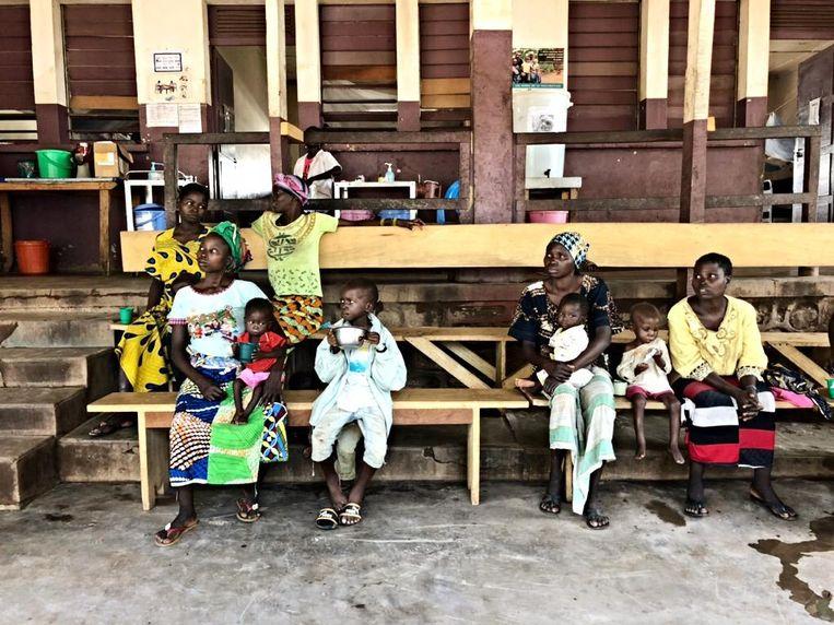 Moeders en kinderen wachten in het ziekenhuis van Bossangoa op de melk die daar drie keer per dag wordt uitgedeeld. Beeld MSF