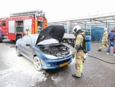 Auto rijdt wasstraat uit in Soest en vliegt in brand