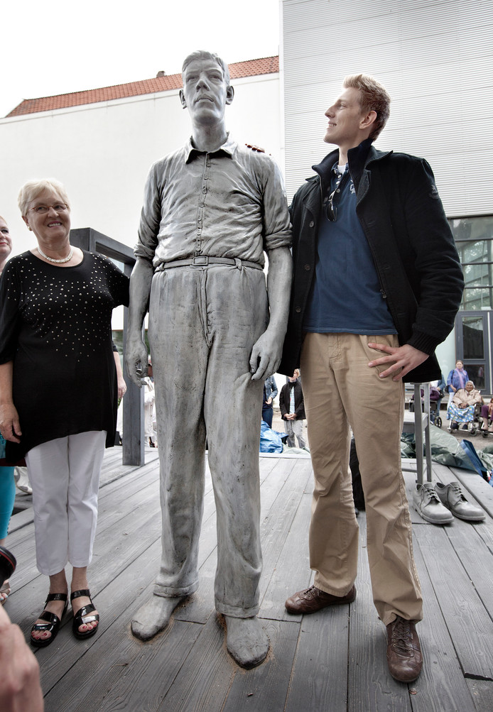 Archieffoto uit 2011. Grote belangstelling voor de onthulling van een beeld, op ware grootte (2.37 m), van Rigardus Reinhout, De Reus van Rotterdam. Naast hem staat Olivier Richters, met 2.17 nog altijd 20 cm minder lang dan het beeld.
