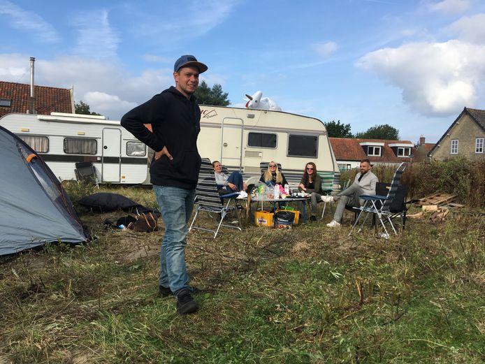 De eerste bewoners van camping 't Gevulde Gat in Scharendijke na hun eerste nacht. Op voorgrond Jim Stremme.
