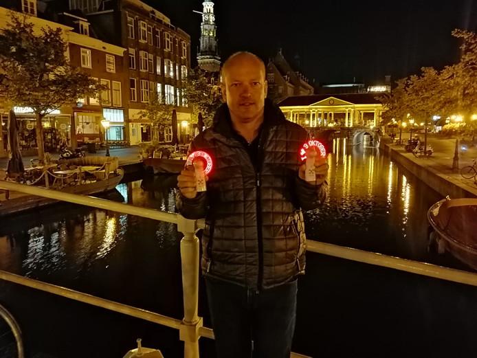 Vincent ontwerpt zelf echte Leidse gadgets, zoals deze 3 oktober-fan.