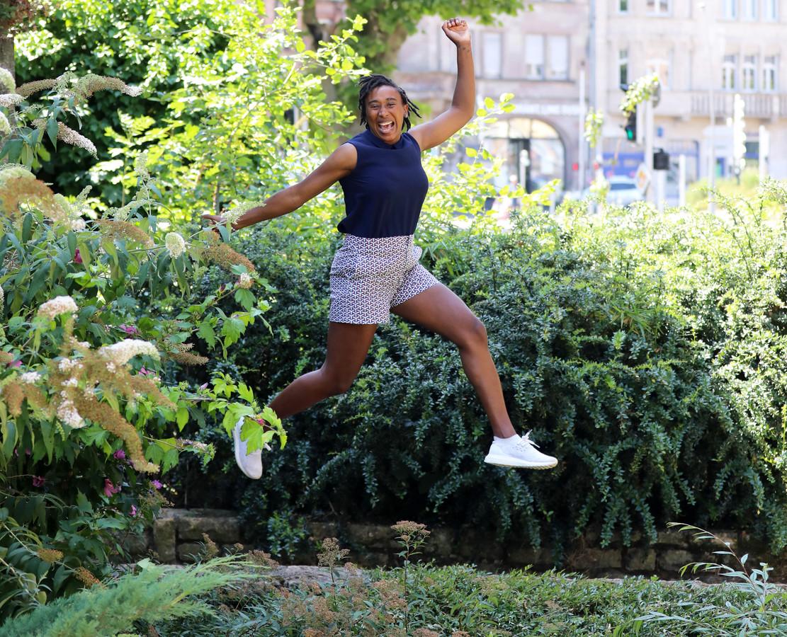De Papendrechtse Ailly Luciano springt na een rijk handballeven in het Franse Metz haar vrijheid tegemoet. In zet: Luciano met dochter Yaël.