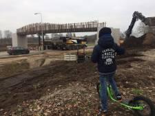 Voetgangersbrug over rondweg Uden ligt snel op zijn plek