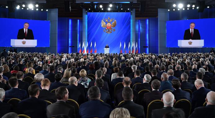 Vladimir Poutine a proposé mercredi une série de réformes de la Constitution russe devant renforcer les pouvoirs du Parlement, tout en préservant le caractère présidentiel du système politique qu'il pilote depuis 20 ans.