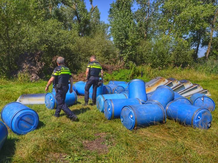Tientallen vaten gedumpt in Waalre: geen drugsdumping, maar gebruikt door vlottenbouwers