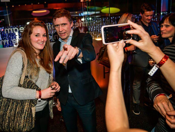 Erik Van Looy gaat op de foto met fans.