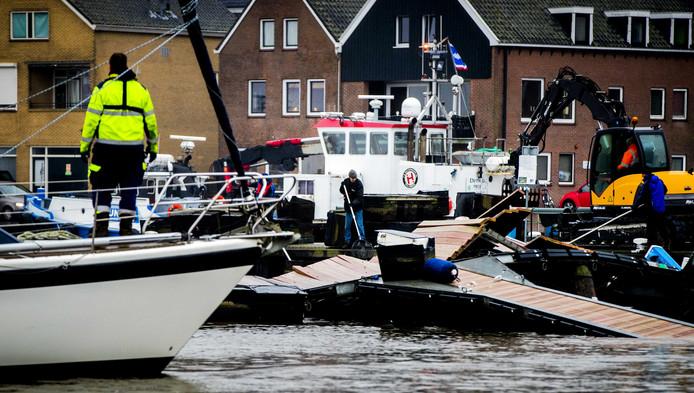 Een kapotte steiger, twaalf beschadige boten: de vorige week op drift geraakte Ark van Noach heeft voor een half miljoen euro aan schade veroorzaakte, zegt havenmanager Eef de Vries.