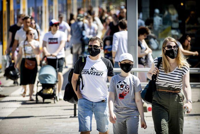 Mondkapjes worden verplicht in het openbaar vervoer, maar mensen die het niet vertrouwen dragen ze nu al.