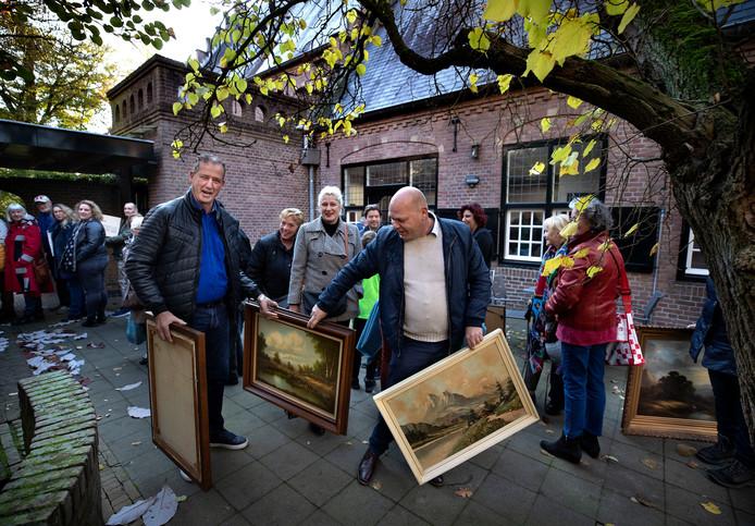 Enthousiastelingen brengen hun kunst naar de Wieger voor een taxatie.