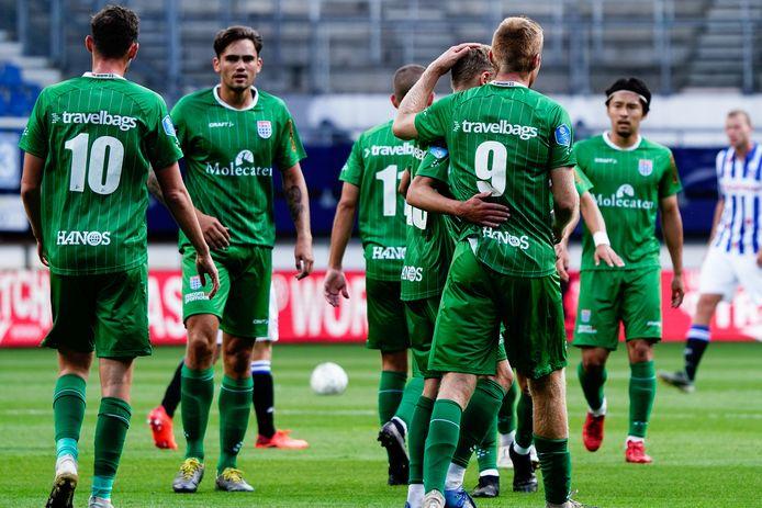 PEC Zwolle-aanvaller Mike van Duinen (9) ontvangt de felicitaties van zijn ploeggenoten, na zijn vroege doelpunt in het oefenduel met sc Heerenveen.