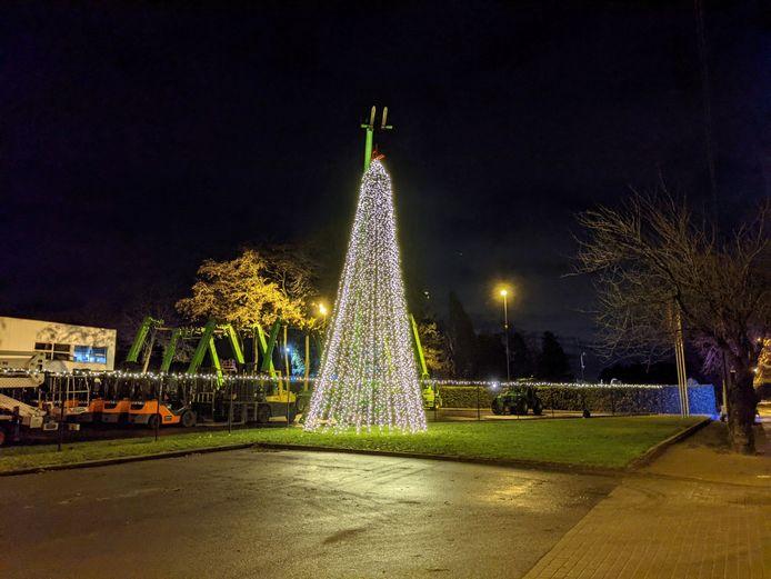 De twaalf meter hoge kerstboom staat aan de Beersebaan.