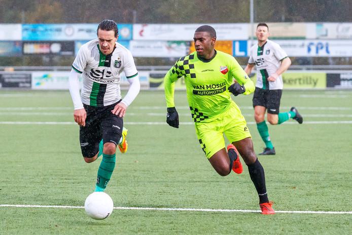 Tyrone Conraad (rechts) scoorde het enige doelpunt namens Kozakken Boys in Scheveningen.