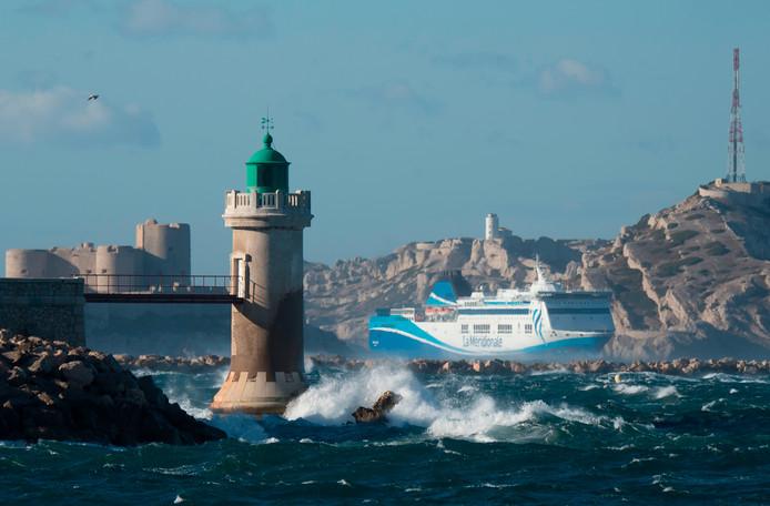 Een Franse veerboot vaart door de hoge golven naar de haven van  Marseille. Foto Bertrand Langlois