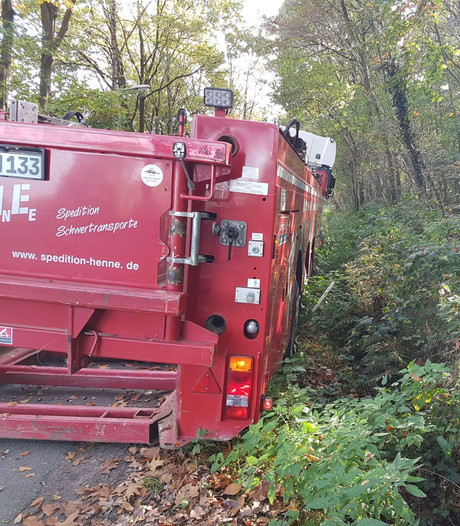 Vrachtwagen vast in berm op weg bij Hengelo