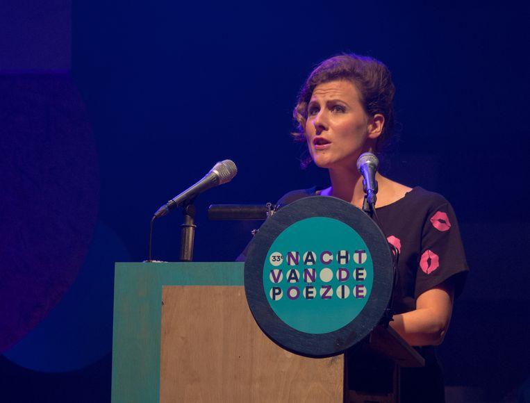 Ester Naomi Perquin tijdens de Nacht van de Poëzie in 2015 Beeld Wikimedia Commons