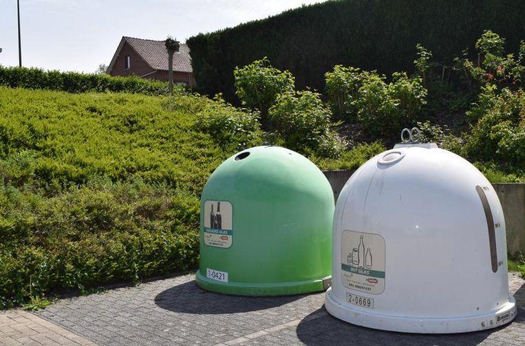 De glasbollen ter hoogte van het kinderdagverblijf te Vaalbeek zijn verplaatst naar de parking aan het gemeentehuis helemaal achteraan rechts.
