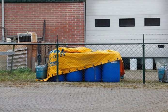 Ook bij een drugslab in Maarheeze stonden de inmiddels bekende blauwe vaten met  gevaarlijk afval. Vier mannen worden vervolgd