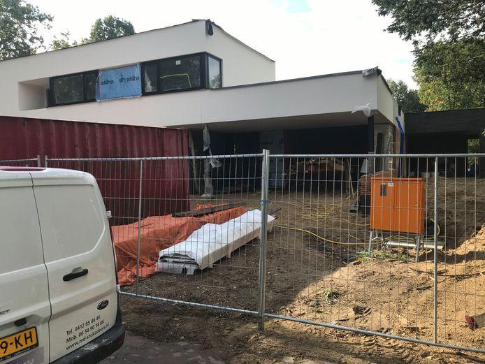 De bouw van deze garage aan de Eikendreef hoeft van de rechter niet te worden stilgelegd.