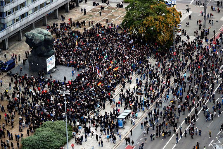 Rechtse betogers verzamelen aan het standbeeld van Karl Marx in Chemnitz.