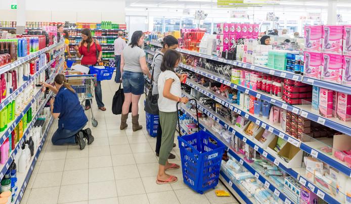 2014-06-11 14:09:03 DELFT - Klanten doen boodschappen bij de winkelketen Action in winkelcentrum De Hoven. ANP XTRA LEX VAN LIESHOUT