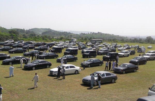 Premier Pakistan organiseert veiling van auto's voorganger, maar bijna niemand biedt