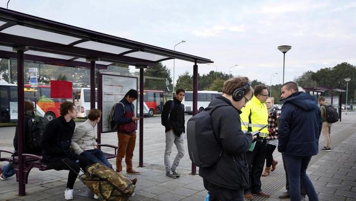 Wachten op een bus bij de Tol in Sleeuwijk.