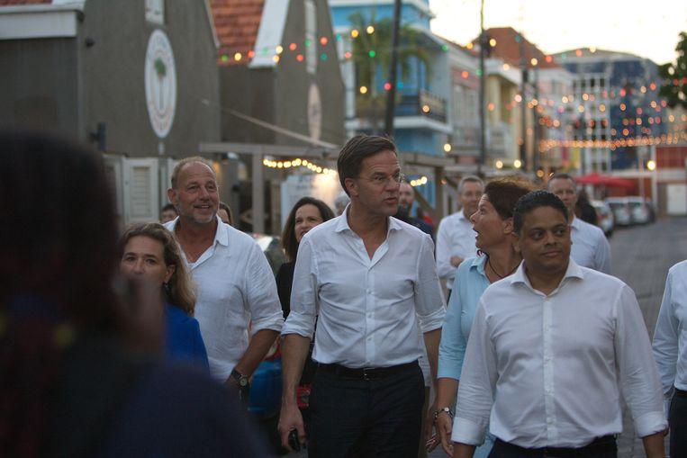 Minister-president Mark Rutte tijdens een wandeling door Willemstad, 21 januari 2019. Beeld ANP