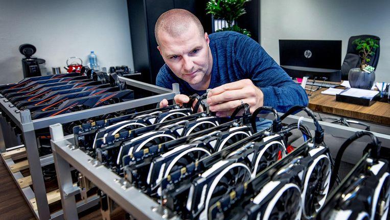 Berry van Mourik met mijncomputers in het kantoor van zijn bedrijf Koinz Trading in Lelystad. Beeld Raymond Rutting / de Volkskrant