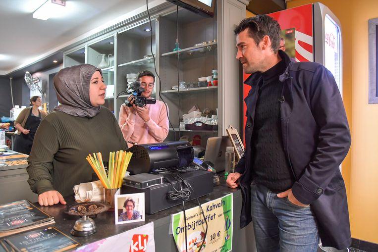 Freek Braeckman in gesprek met Deniz Deveci, uitbaatster van ontbijt- en lunchzaak Istiklal in de Oudburgstraat.