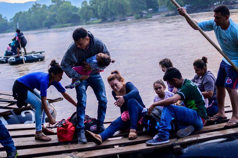 Migranten in Mexico na het illegaal oversteken van een rivier in Guatemala op een zelfgemaakt vlot.
