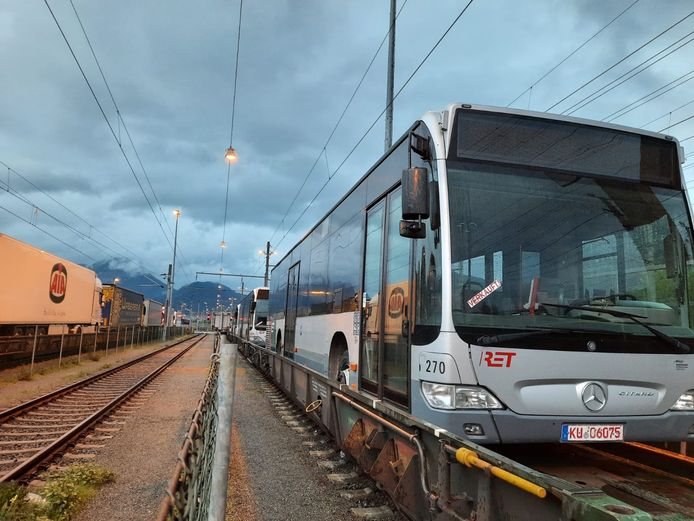 De Oostenrijkse Spoorwegen hebben 49 oude RET-bussen per trein vervoerd over de Rollende Landstrasse.