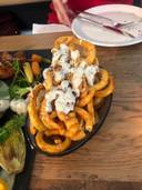 Twisterfriet met truffelmayonaise en gesmolten kaas bij restaurant De Botanist in Breda