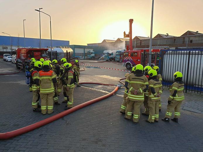 De brandweer is bezig met koelen bij de tank die een giftige stof lekt aan de Edisonweg in Alblasserdam.
