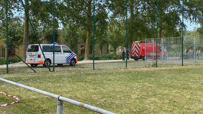 Spelende kinderen veroorzaken brand aan sportterrein