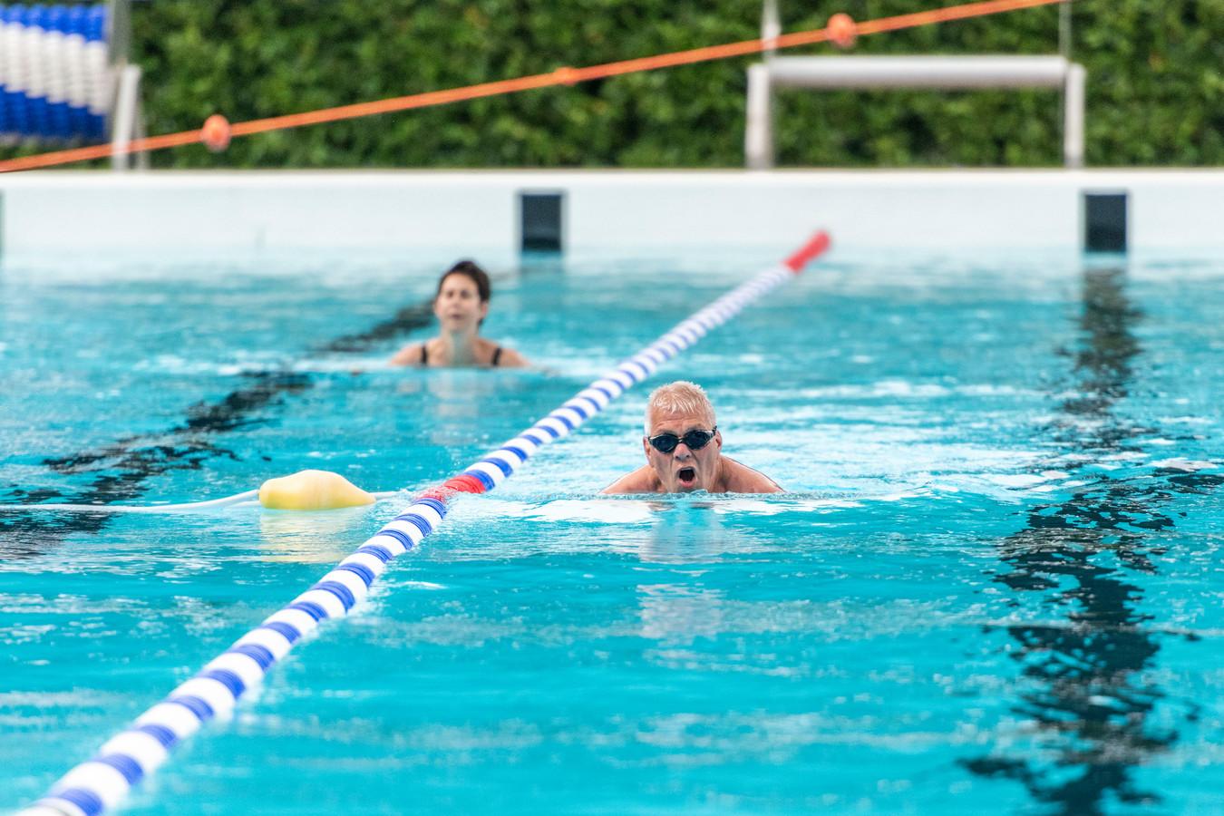 Freddy Lammens (rechts) doet al jaren mee aan de Sasse zwemvierdaagse.