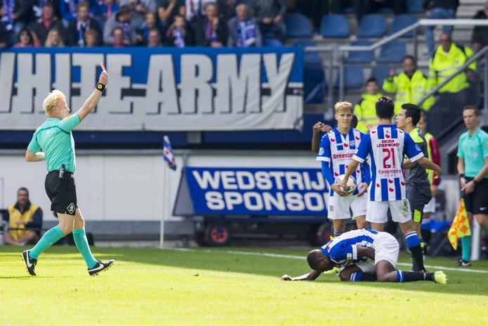 Hirving Lozano wordt weggestuurd bij sc Heerenveen-PSV.