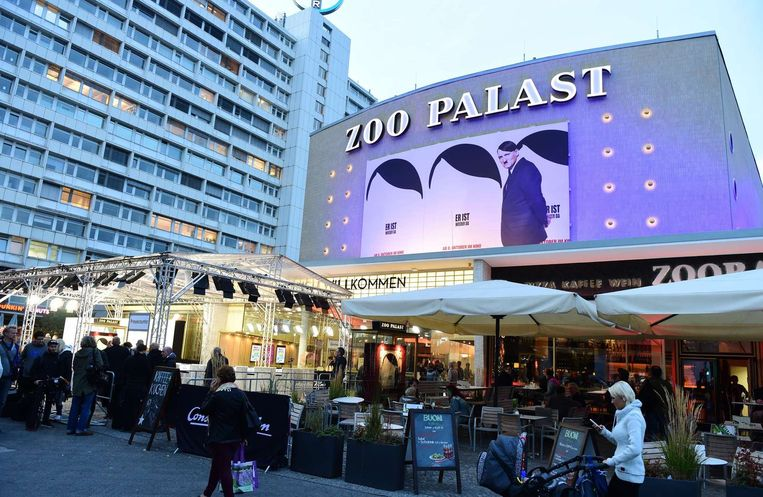 Een billboard van de Duitse film 'Er ist wieder da' in Berlijn. Beeld afp