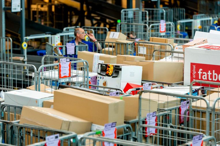 Postpakketten in een sorteercentrum van PostNL. Beeld anp
